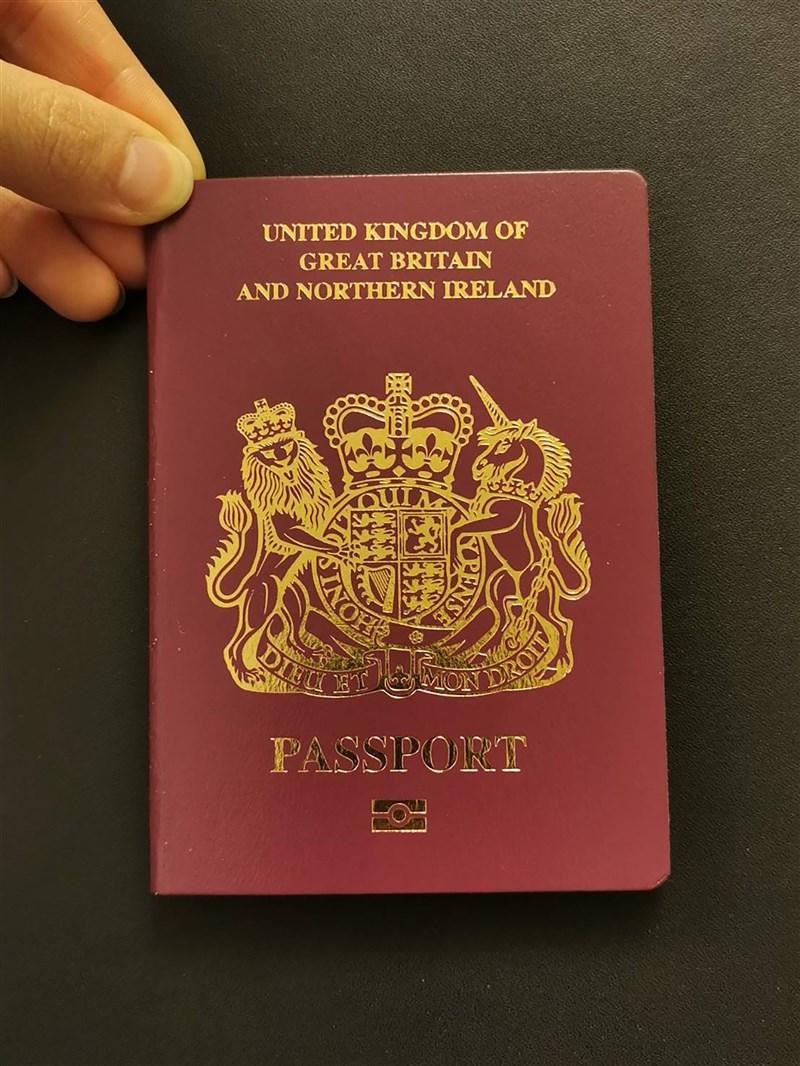 港府29日晚間宣布,配合北京制裁措施,自31日起不承認英國國民(海外)護照(BNO護照)作為有效旅行證件和身分證明,BNO護照將不能用於在香港出入境。圖 為BNO護照。中央社記者張謙香港攝 110年1月29日