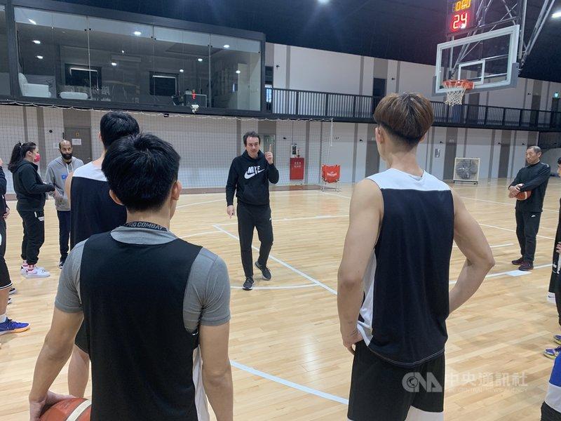 中華男籃最終集訓30日中午開訓,執行教練鄭志龍(中)表示,接下來中華隊會維持練4休1的節奏,且每練3天就會安排一場友誼賽,中華隊預計2月12日(大年初一)搭機出發前往卡達。中央社記者龍柏安攝 110年1月30日