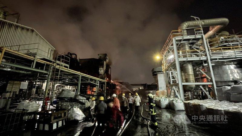 高雄林園工業區聯成化工廠房29日晚間發生大火,火勢於30日清晨近6時完全撲滅,消防隊員持續在現場灑水降溫。(高市消防局提供)中央社記者王淑芬傳真 110年1月30日