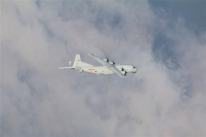 日本產經新聞報導,多架中共軍機23、24日侵入台灣西南防空識別區,很可能目的在於恫嚇航行在台灣南方外海的美國航空母艦。圖為中共運8反潛機。(圖取自國防部網頁mnd.gov.tw)