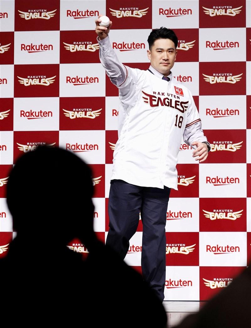田中將大重返日本職棒,希望能為老東家樂天金鷲隊再拿下總冠軍,意圖挑戰以5連霸「日本一」作為目標的軟銀隊。(共同社)