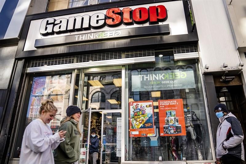 電玩零售商GameStop等股價近期狂飆,美國上演散戶鄉民打垮對沖基金,一宗「水餃股逆襲」事件幕後一大核心人物曝光。(美聯社)