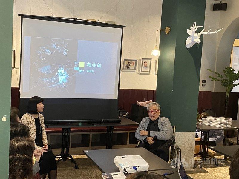 專業策展人、藝評家謝佩霓(左)推出首本散文攝影作品「貓非貓」,31日與大塊文化董事長郝明義(右)一起在新書發表會暢談藝術與創作。中央社記者陳秉弘攝  110年1月31日