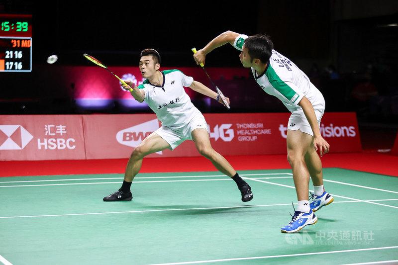台灣男雙組合王齊麟和李洋31日在世界羽球巡迴賽年終賽擊敗印尼老將組合阿山和蘇堤萬拿下冠軍,這是麟洋配在泰國的連續第三座冠軍。(泰國羽球協會提供)中央社記者呂欣憓曼谷傳真 110年1月31日