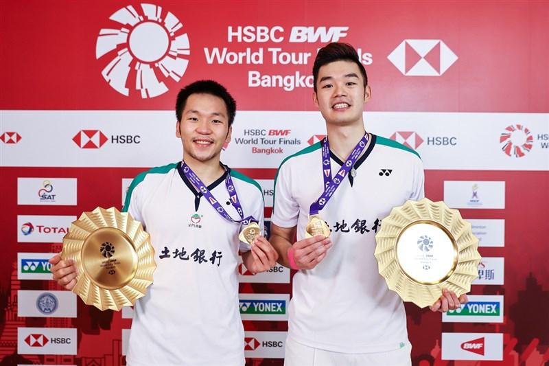 台灣男雙組合王齊麟和李洋31日在世界羽球巡迴賽年終賽擊敗印尼老將組合阿山和蘇堤萬拿下冠軍。圖為兩人賽後拿著獎牌合照。(泰國羽球協會提供)中央社記者呂欣憓曼谷傳真 110年1月31日