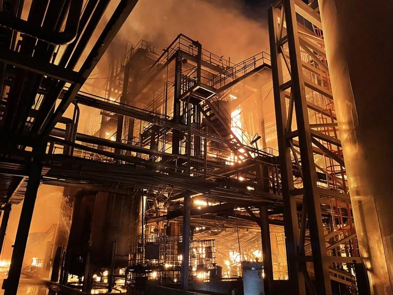 高雄林園工業區聯成化工1月29日火警,消防局出動大批人車到場灑水灌救。(民眾提供)
