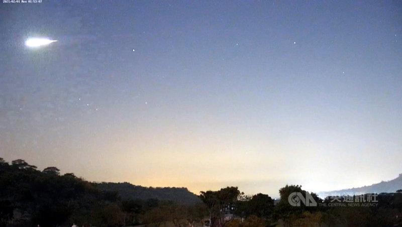 嘉義地區1日凌晨有民眾看到巨大火球劃過天際,阿里山國家風景區管理處裝設在牛埔仔大草原的即時影像清楚拍下火流星閃過夜空的畫面。(翻攝畫面)中央社記者黃國芳傳真 110年2月1日