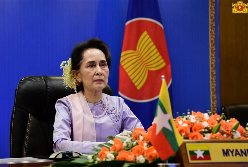 緬甸實質領袖翁山蘇姬(圖)和多位政府高層1日突遭軍方拘捕,她曾被視為人權領袖並獲諾貝爾和平獎,但因漠視緬甸軍方對少數族裔洛興雅人的暴行,在西方的聲望已大不如前。(圖取自facebook.com/state.counsellor)