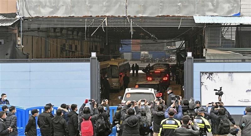 世衛組織官員5日表示,國際專家小組在武漢病毒溯源問了大量問題,但每個答案又衍生出更多疑問,訪問結束將由國際及中國團隊成員撰寫報告。圖為1月31日專家小組參訪武漢華南海鮮市場。(共同社)