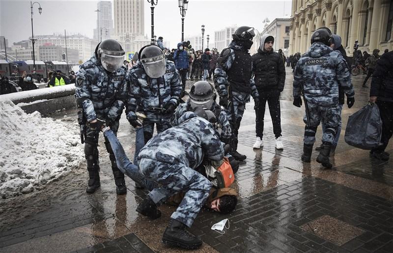 俄羅斯各地1月31日再現大批群眾上街示威,要求釋放遭關押的反對派領袖納瓦尼,當局拘捕逾5000人。(法新社)