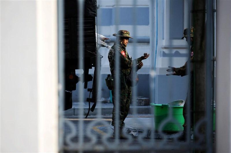 緬甸軍方1日疑發動政變,包括總統溫敏、實質領導人翁山蘇姬在內多名執政黨高層已遭到軍方逮捕。軍方電視台稍後宣布國家進入緊急狀態。圖為仰光市政廳內出現緬甸軍人。(路透社)