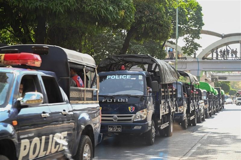 緬甸1日疑似爆發軍方政變,在仰光的台商指出,仰光主要道路已經被封鎖,超市出現搶購民生用品的狀況。圖為仰光警察車隊。(法新社)