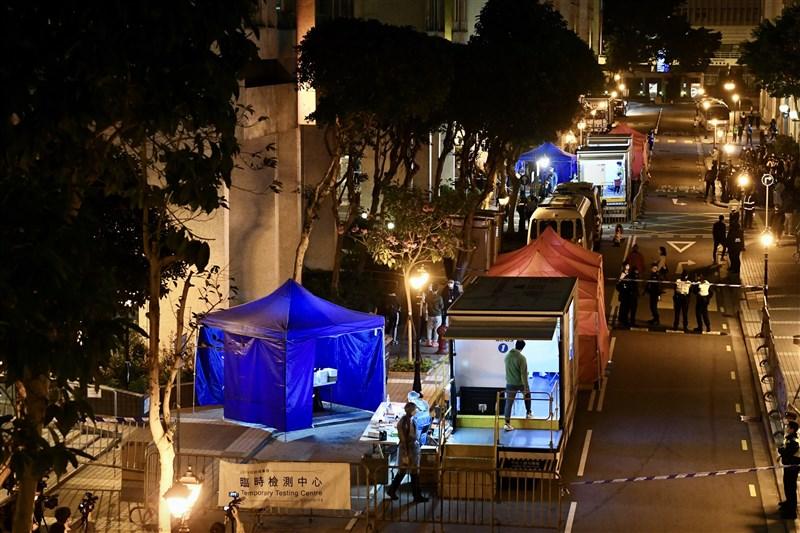 香港1月31日再添確診病例53例,其中本土44例中有17例傳播源頭不明。港媒報導,由於疫情反覆,港府在農曆新年前都不會放寬限聚令。圖為香港麗港城臨時檢測中心。(中新社)