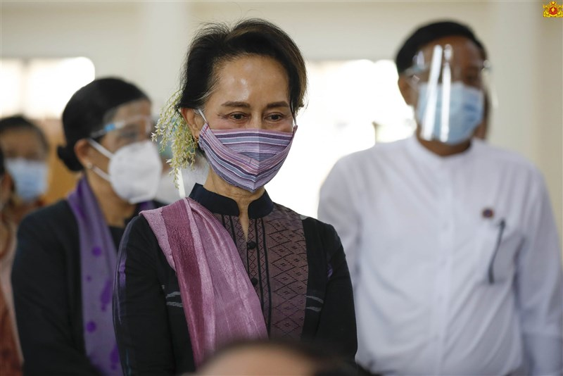 緬甸實質領袖翁山蘇姬(前)與她的執政黨「全國民主聯盟」內其它要員,1日黎明前遭緬甸軍方拘禁,外媒指這是緬甸軍方為從緬甸民選政府手中奪權所發動的政變。(圖取自facebook.com/state.counsellor)