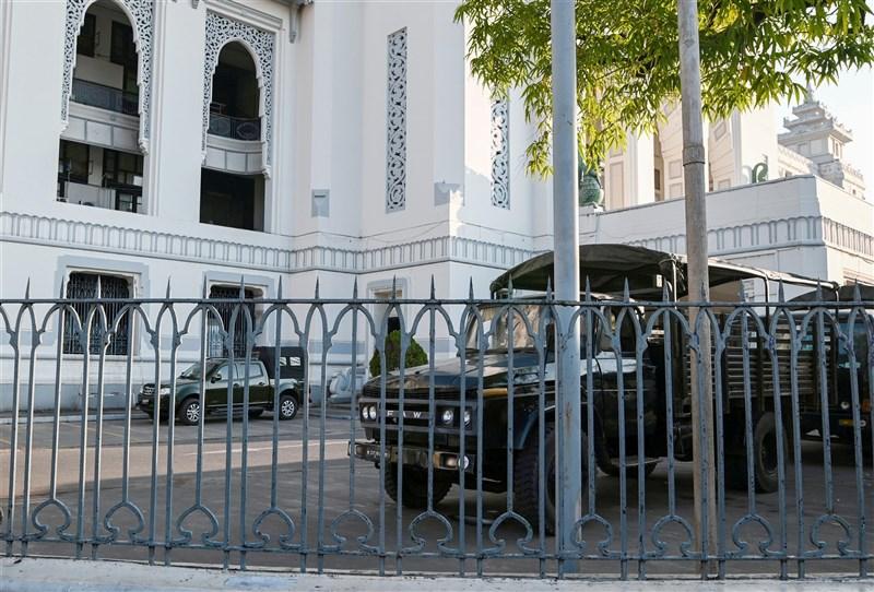 緬甸軍方1日疑發動政變,外媒記者目擊5輛軍用卡車在仰光市府院內。圖為仰光市政廳內出現緬甸軍車。(路透社)