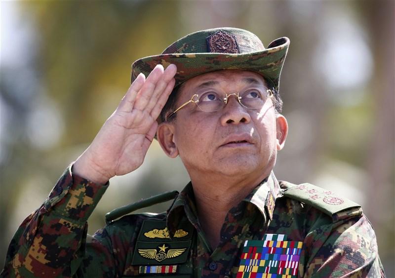 緬甸武裝部隊總司令敏昂萊自居對於重建緬甸民主有功,卻見到軍方勢力在去年11月國會選舉大敗。於是他在距離正式退役僅剩數個月時間,發動政變取得政權。圖為敏昂萊2018年檔案照片。(美聯社)