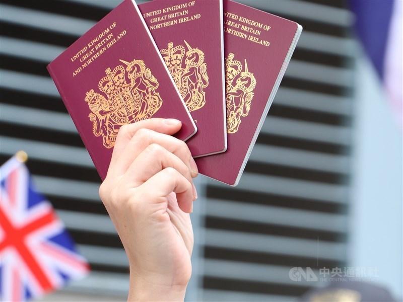 英國提供數百萬香港居民取得國籍管道的英國海外國民(BNO)護照新制31日上路,展現香港前殖民國對於想逃離中國打壓異議人士環境的港人敞開大門。(中央社檔案照片)