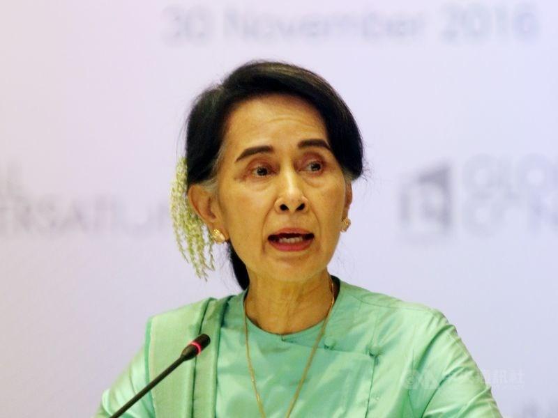緬甸軍方1日發動政變,拘捕實質領導人翁山蘇姬(圖),警方3日正式指控她違反進出口法,法庭裁定羈押兩週。(中央社檔案照片)
