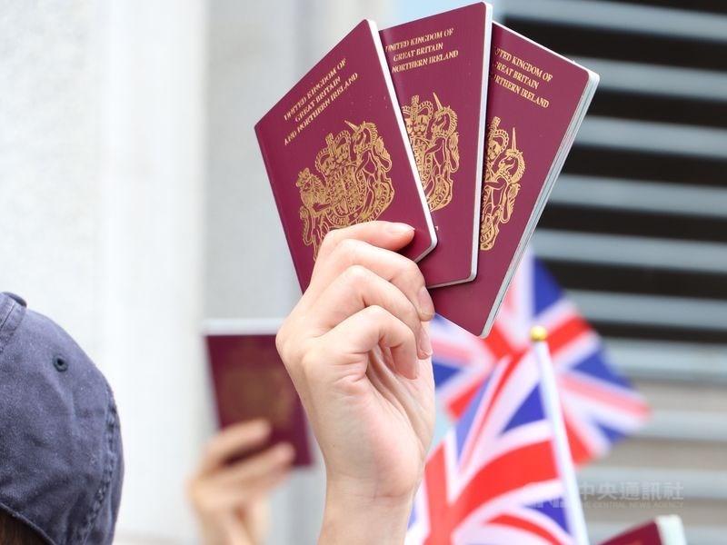 香港當局廢除英國國民(海外)護照(俗稱BNO護照)後,港人進出香港略受影響。(中央社檔案照片)