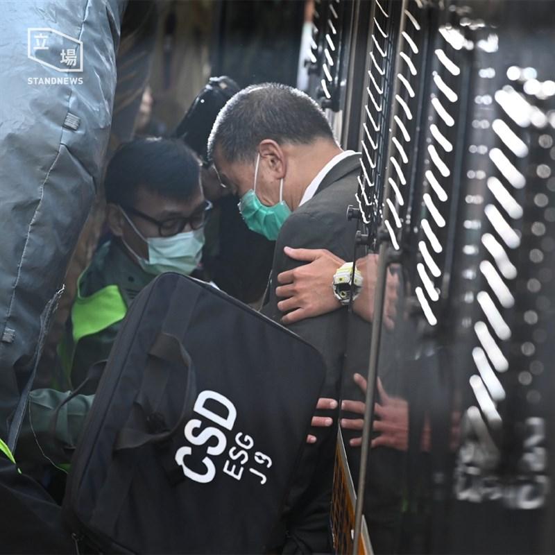 香港壹傳媒集團創辦人黎智英(右)等3人涉及的一起非法集結案7日開審,但3人出乎意料地突然認罪。圖為黎智英2月9日還押監所。(圖取自立場新聞)