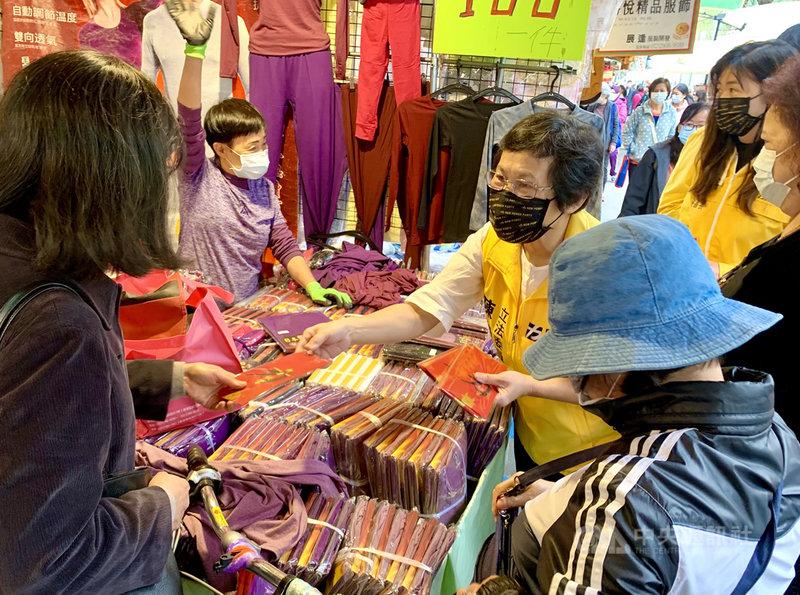 續任時代力量黨主席的陳椒華(前右2)2日到台北市雙連市場發紅包,她受訪時表示時力在2022年大選的目標為有地方黨部的縣市都能在議會中組成黨團,並可能推派縣市長候選人。中央社記者林育瑄攝  110年2月2日
