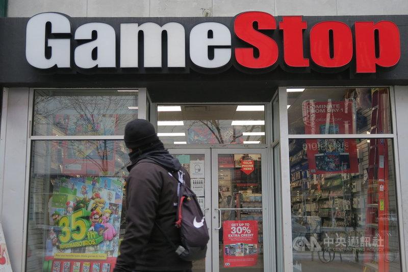 電玩零售商GameStop吸引的散戶投資熱潮降溫,美東時間1日股價跌逾30%。圖為1月31日紐約民眾行經布魯克林GameStop門市。中央社記者尹俊傑紐約攝 110年2月2日