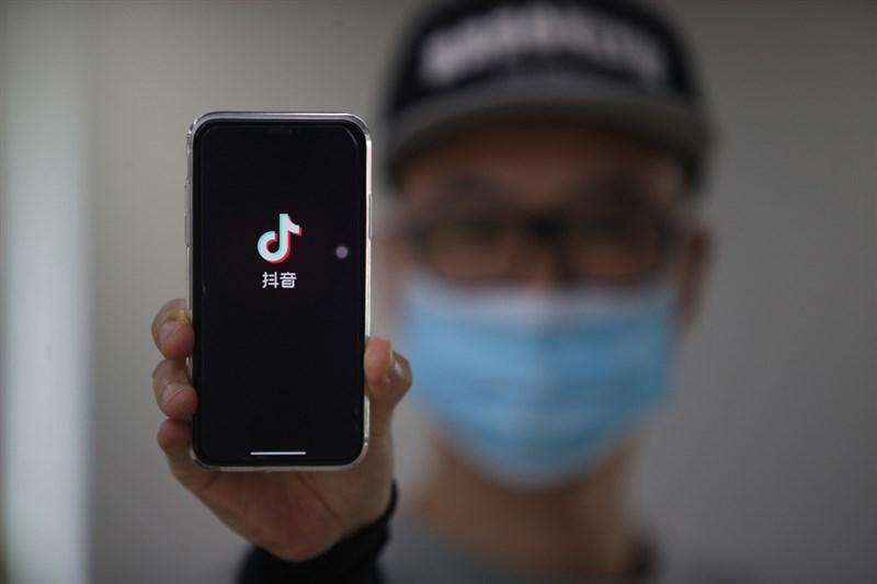 中國官方加強反壟斷之際,短影音平台巨頭抖音2日在北京控告即時通訊巨頭騰訊濫用壟斷行為,要求法院立即制止騰訊在微信、QQ封禁抖音連結,並求償人民幣9000萬元(約新台幣3.9億元)。(中新社提供)中央社 110年2月2日