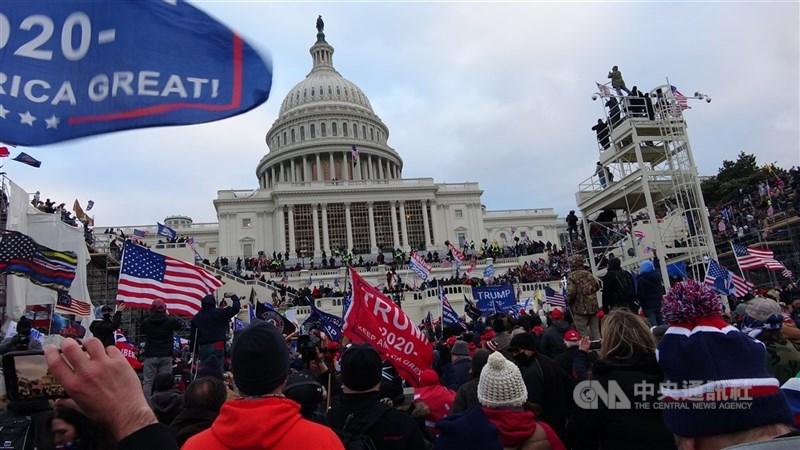 美國前總統川普1月堅稱選舉詐欺,引發川粉闖入國會山莊造成傷亡。(中央社檔案照片)