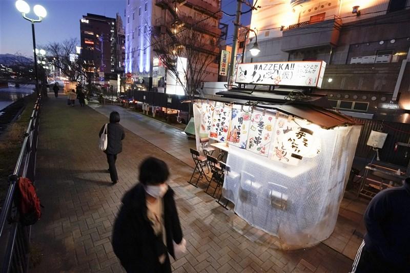日本政府宣布緊急事態延長至3月7日,對象地區包括東京、埼玉、千葉、神奈川、大阪、京都、兵庫、愛知、岐阜與福岡共10個行政區。圖為福岡著名路邊屋台因疫情只剩零星店家擺攤營業。(共同社)