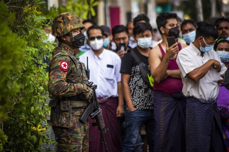美國白宮國安顧問蘇利文4日表示,考慮簽署行政命令,對緬甸政變的個人與軍方控制實體進行針對性制裁。圖為2日仰光街頭有武裝士兵站崗。(安納杜魯新聞社)
