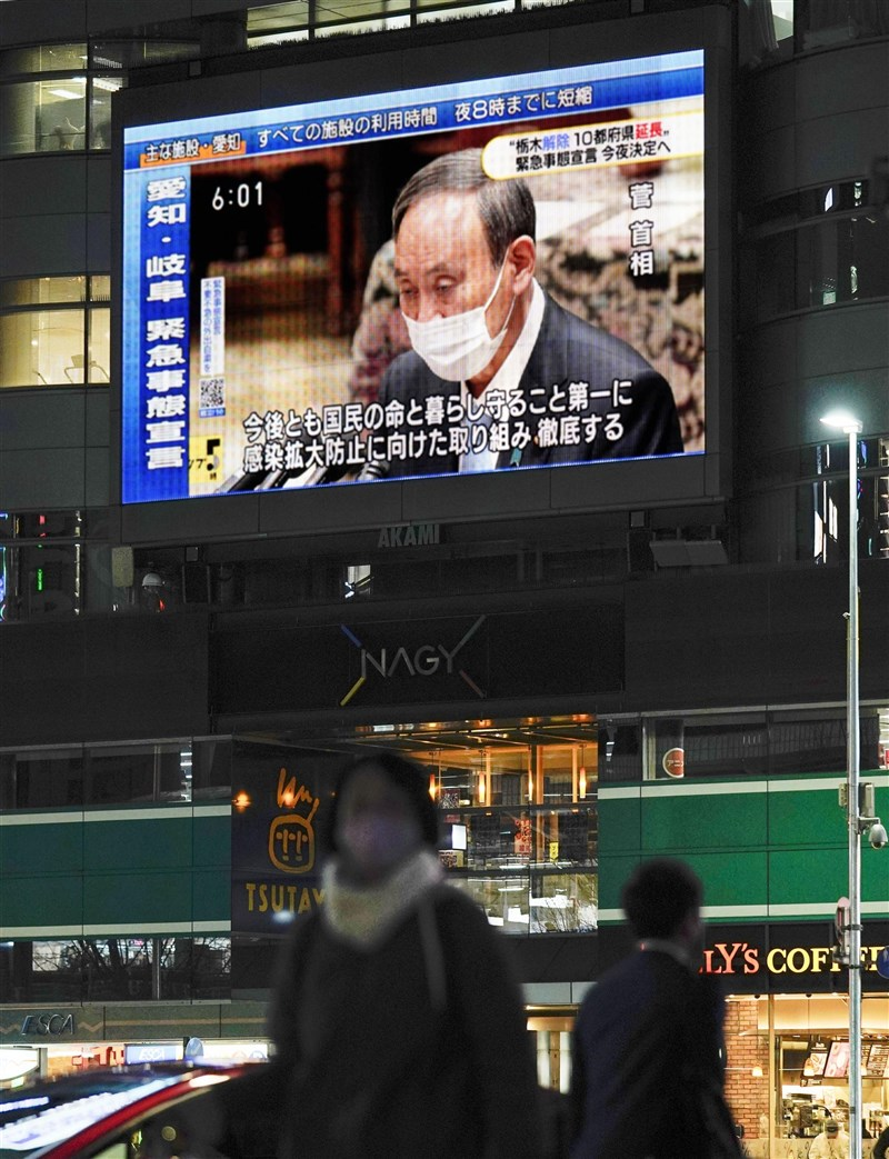 日本政府1月7日二度發布緊急事態宣言後,首相菅義偉2月2日再宣布緊急事態延長至3月7日。圖為名古屋車站前大型螢幕播放菅義偉談話。(共同社)