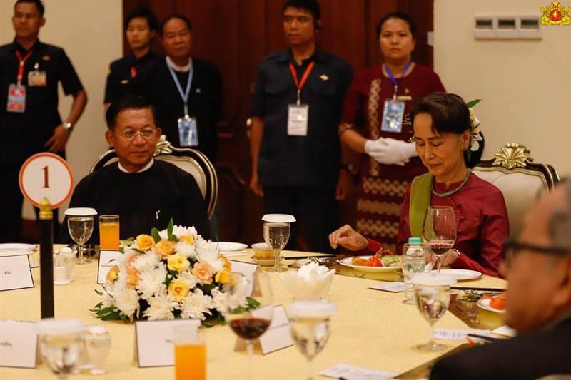 緬甸實質領袖翁山蘇姬(前右)1日遭軍方拘禁,外媒披露,她與軍頭敏昂萊(前左)一年多沒講上話。圖為2018年10月兩人與少數民族武裝組織領導人參加晚宴。(圖取自facebook.com/state.counsellor)