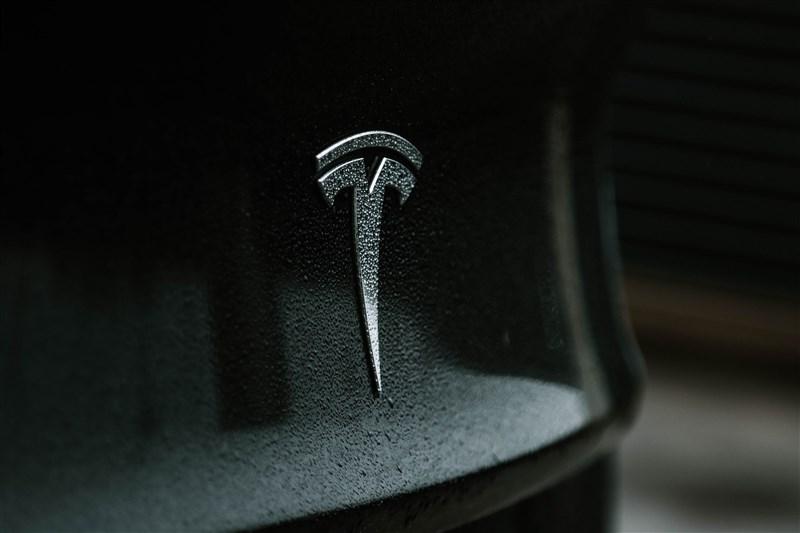 電動車大廠特斯拉(Tesla)新車款設計傳曝光,外媒報導特斯拉規劃採用UWB技術,可讓iPhone變身「數位鑰匙」,車主不用掏出iPhone就可無線開鎖,使用上比既有App軟體更具安全性。(圖取自Unsplash圖庫)