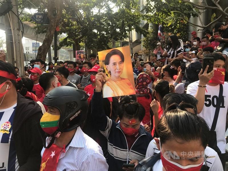 緬甸軍事政變可能加速西方撤資趨勢,使得緬甸再次成為財政拮据國家,並且促使中國勢力擴張。圖為在泰緬甸人1日於緬甸駐泰大使館前要求釋放翁山蘇姬。(中央社檔案照片)