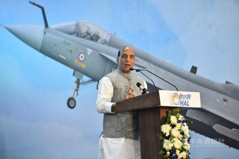 印度國防部長辛赫2日在班加羅爾為印度斯坦航空公司啟用本土研製光輝戰機生產線主持啟用典禮,強調印度國防自主的決心。(印度國防部提供)中央社記者康世人新德里傳真 110年2月4日