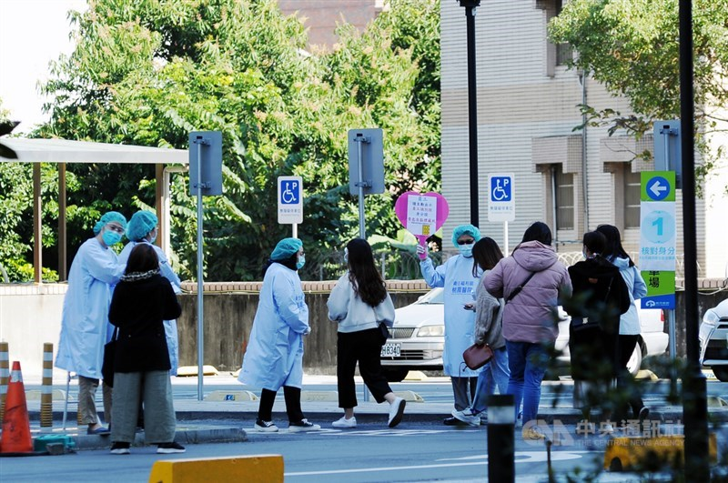 桃園醫院3日啟動清零計畫,對全院員工進行核酸檢驗(PCR),4日陸續有同仁前來採檢。中央社記者施宗暉攝 110年2月4日