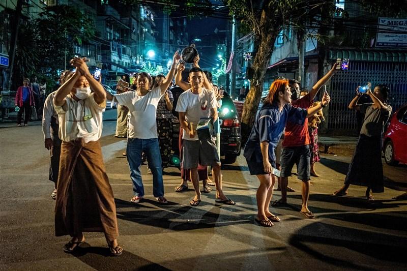 緬甸軍方發起政變,引起緬甸民眾不滿。緬甸民眾在網路串連,2日和3日晚間在自家門口或陽台大力敲著鍋碗瓢盆,發出噪音。(法新社)
