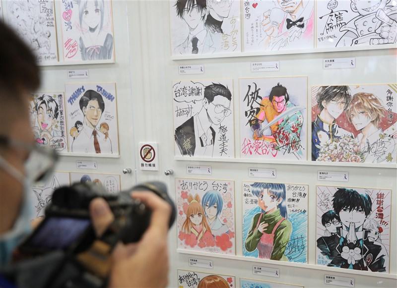 第9屆台北國際動漫節4日開展,而適逢311日本大地震10週年,動漫節日本館也展出100多位漫畫家親手繪製的感謝台灣簽名版。中央社記者張新偉攝110年2月4日