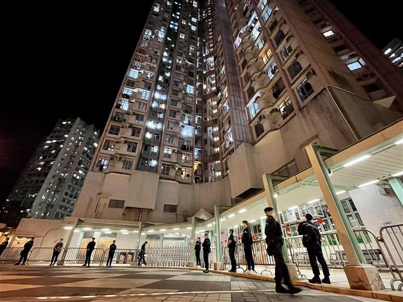 香港4日新增22例武漢肺炎確診病例。圖為3日晚間警方派員駐守柴灣一處社區,因居民須禁足強制採檢。(中新社)