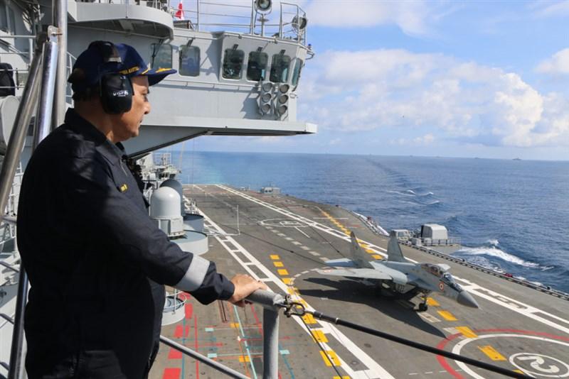 面對中國威脅,印度國防部長辛赫4日在印度洋地區國防部長論壇上,強調印度洋國家海上合作應對安全挑戰的重要性。圖為辛赫登上印度海軍最大船隻視察。(圖取自辛赫網頁rajnathsingh.in)