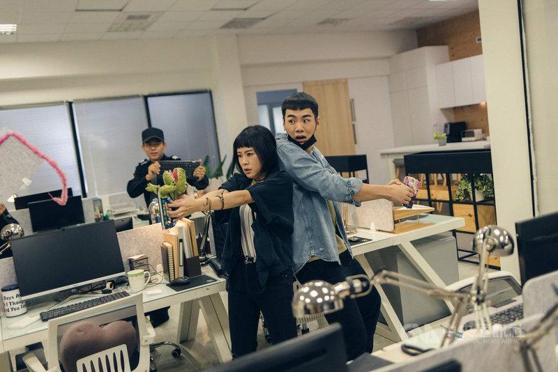 喜劇「白日夢外送王」是公視暌違8年再拍的賀歲片,演員禾浩辰(前右)、孔令元(前左)在劇中上演辦公室逃脫追逐戲碼。(公視提供)中央社記者葉冠吟傳真  110年2月5日