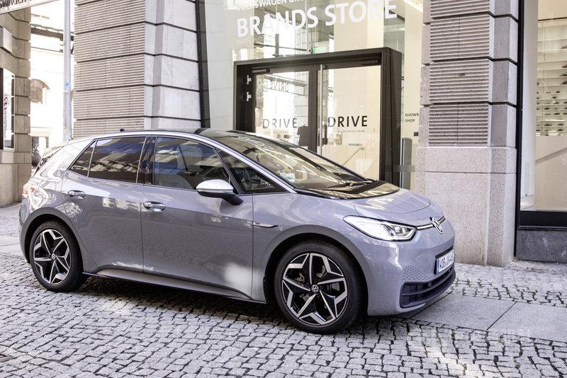隨著行車輔助系統、電動車和自動駕駛逐漸成熟,汽車工業對晶片需求將只增不減。歐洲目前賣得最好的純電動車是福斯去年9月上市的ID.3(圖),採用大量的晶片。(福斯汽車提供)中央社記者林育立柏林傳真 110年2月6日