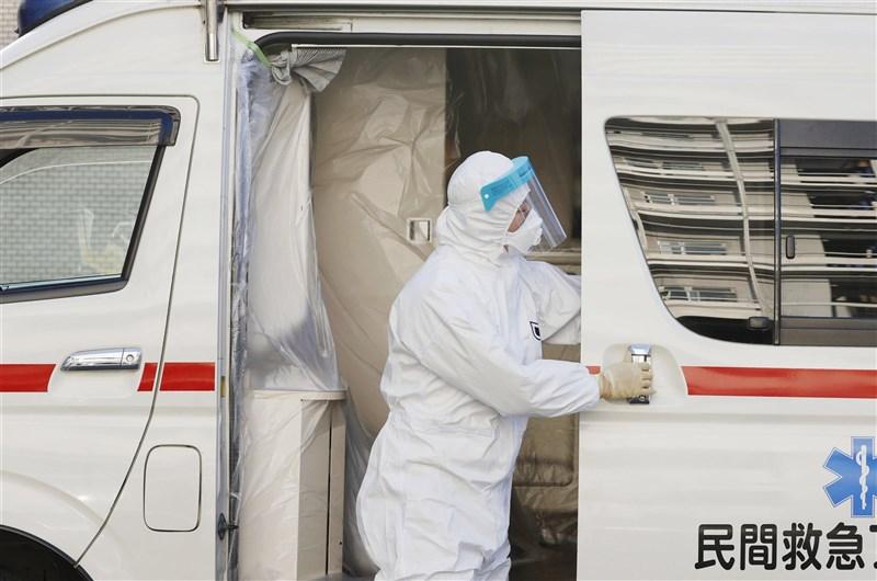 日本「緊急事態宣言」對象地區的11都府縣因疫情壓縮醫療能量,造成醫療人球數量較去年同期大增。圖為在東京運送病病的民間救護車。(共同社)
