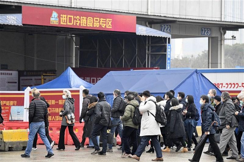 部分西方學界人士與研究人員8日說,世衛的疫源調查研究遭政治玷污,有必要另做更嚴格調查,沒中國參與也無所謂。圖為1月31日專家小組參訪武漢華南海鮮市場。(共同社)