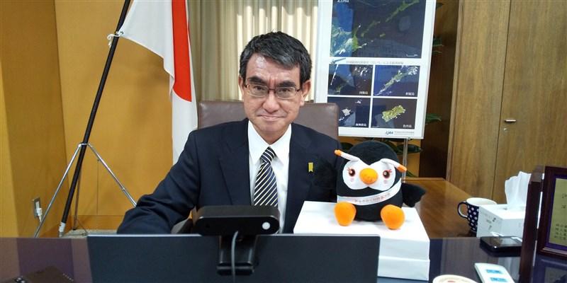 共同社4日、5日實施全國緊急電話民調,被問到誰最適合擔任新任首相,31.9%受訪者選擇河野太郎(圖)。(圖取自twitter.com/konotarogomame)