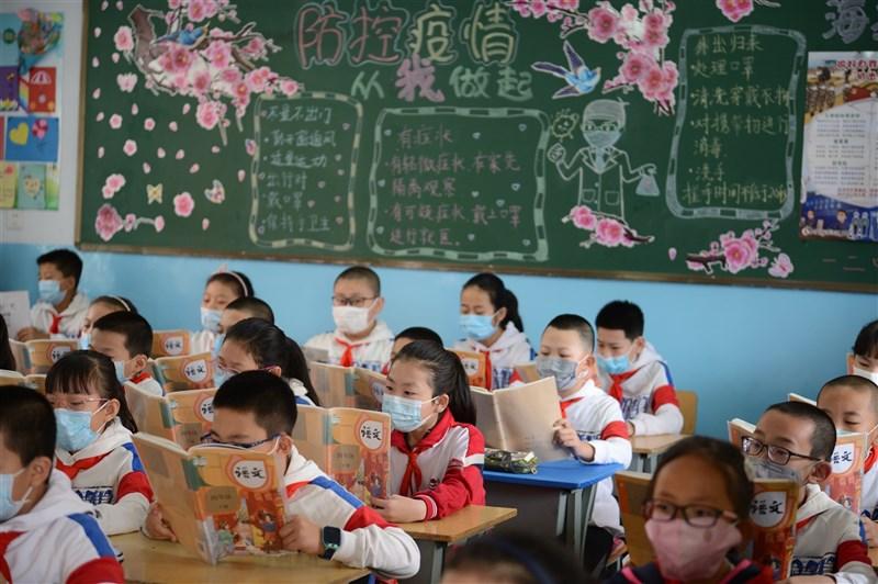 中國內蒙古官方近日不顧反對聲浪,宣布今年秋季起,全區民族語言授課學校的部分班級,將有3科目使用漢語教學。圖為呼和浩特市小學生在教室內上課。(中新社)