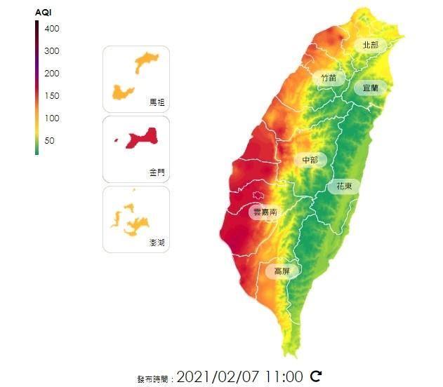 環保署表示,7日截至上午10時,西半部桃園、台中至高雄及金門等地已有20測站空氣品質達紅色警示等級。(圖取自環保署空氣品質監測網頁airtw.epa.gov.tw)