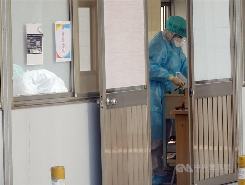 疫情指揮中心7日宣布,部立桃園醫院已完成清空計畫,全員核酸檢測與環境檢測都呈 陰性反應,院內感染風險解除。圖為6日桃園醫院護理師在採檢室內清潔醫療器械。(中央社檔案照片)
