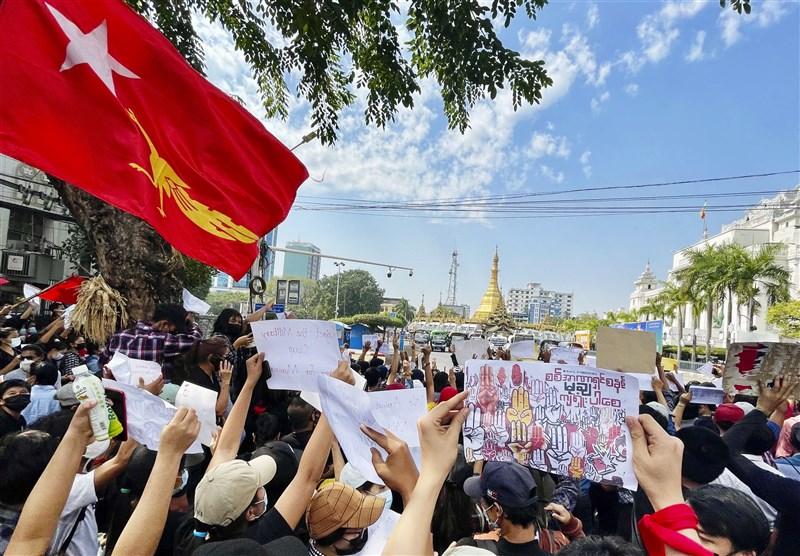 緬甸軍方一週前發動政變,拉下民選政府實質領導人翁山蘇姬後,全國數以萬計的民眾8日發動第3天抗爭。圖為仰光民眾示威情形。(共同社)
