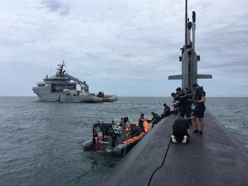 法國國防部長帕利8日推文表示,法國核子動力潛艦「翡翠號」(SNA Emeraude)在「塞納號」支援艦(BSAM Seine)相伴下穿過南海海域。(圖取自twitter.com/florence_parly)